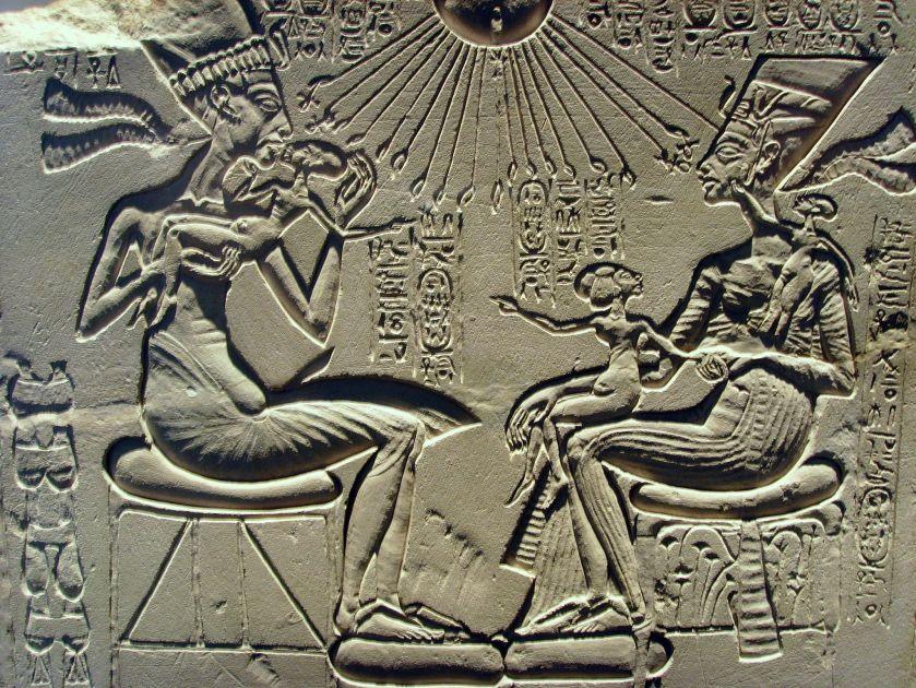 2048px-Akhenaten,_Nefertiti_and_their_children